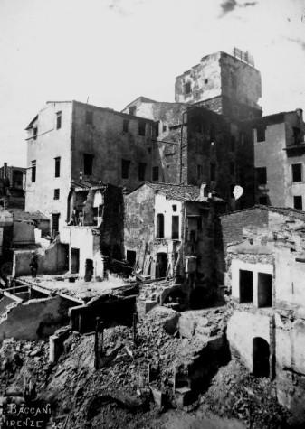 Demolizioni delle case degli Alfieri Strinati, poste sul lato ovest della Piazza del Mercato Vecchio