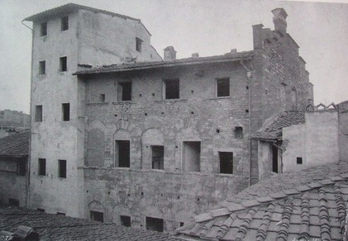 Fianco del Palazzo Catellini da Castiglione e in primo piano la Residenza dell'Arte dei Rigattieri e dei Linaioli