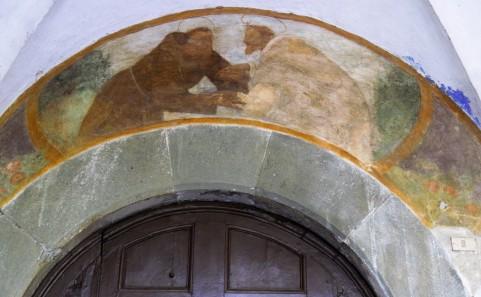 Sopra il portone esterno: L'incontro fra San Francesco e San Domenico