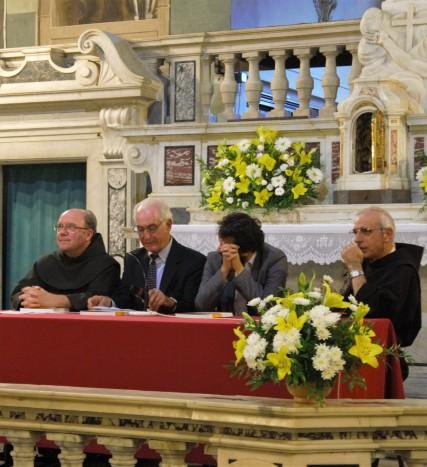 Christopher Stace (il secondo da sinistra) presenta il suo studio nella chiesa del convento di San Francesco a Borgo a Mozzano