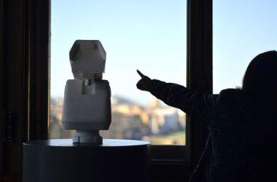 Ai Weiwei: telecamera di sorveglianza in marmo puntata sul Corridoio Vasariano (2016)